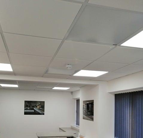 Herschel weiße Paneel Decke in Büroräumen montiert